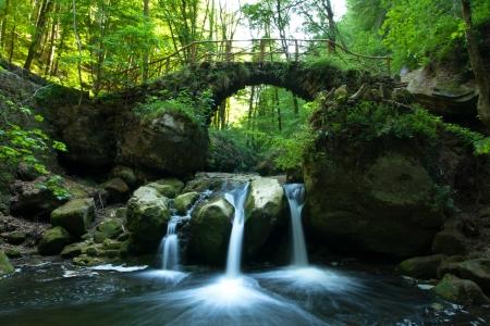 cascades: Oude brug en waterval