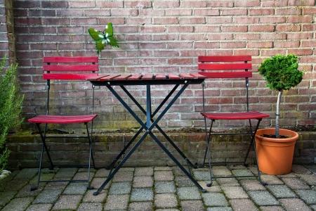 현관: 의자와 테이블의 레드 가든 세트 스톡 사진