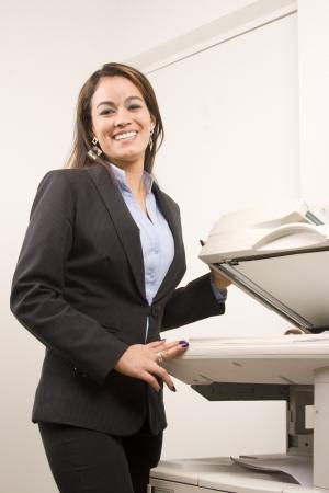 copier: Jonge jonge zakenvrouw het maken van kopieën van de kopieermachine op kantoor Stockfoto