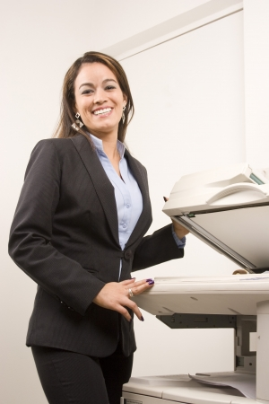fotocopiadora: Joven empresaria joven haciendo copias en la fotocopiadora en la oficina