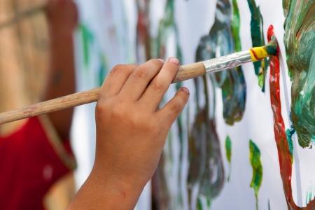 niños pintando: Peque?a pintura del ni?o con el cepillo