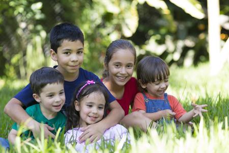 Retrato de addorable niñas y niños al aire libre