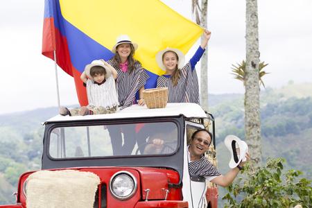 Portrait der glücklichen Familie, Vater, Mutter und ihre Kinder, die Spaß draußen Standard-Bild