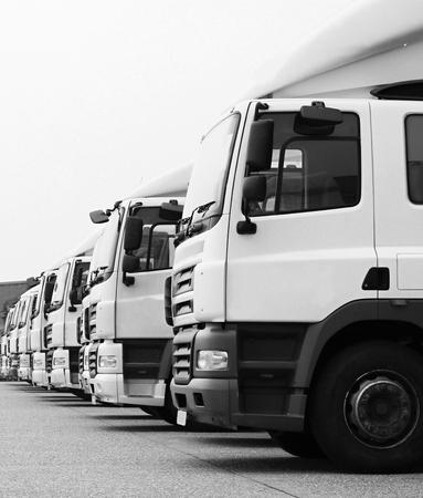 vrachtwagens geparkeerd buiten het parkeerterrein van een bedrijf