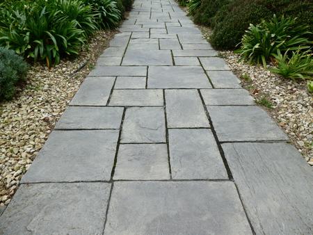 Garden path covered with slate slabs Standard-Bild - 122941931