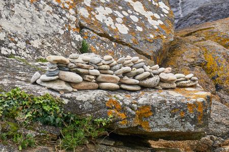 Stones aligned and superimposed.