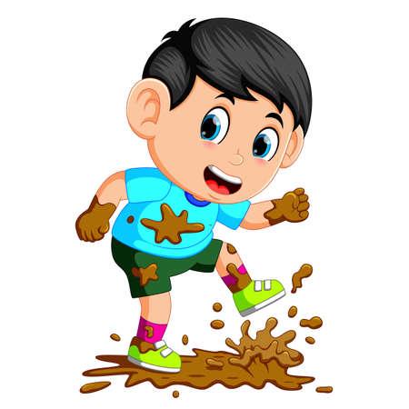 Kleine jongen die in de modder loopt
