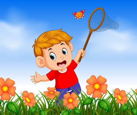 Junge, der rotes Hemd trägt, das Schmetterling im Dschungel fängt