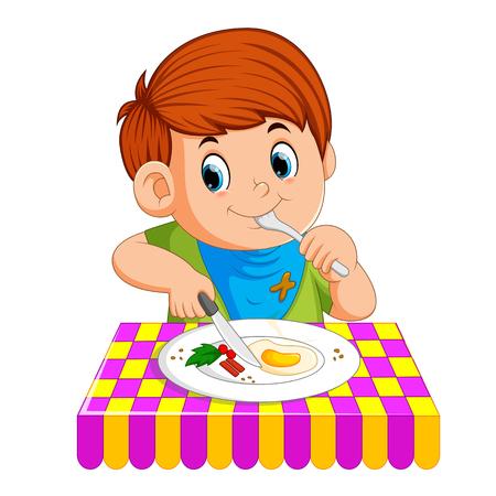 Ein kleiner Junge sitzt beim Frühstücken