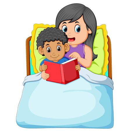el chico rizado se va a dormir y leer el libro con su madre