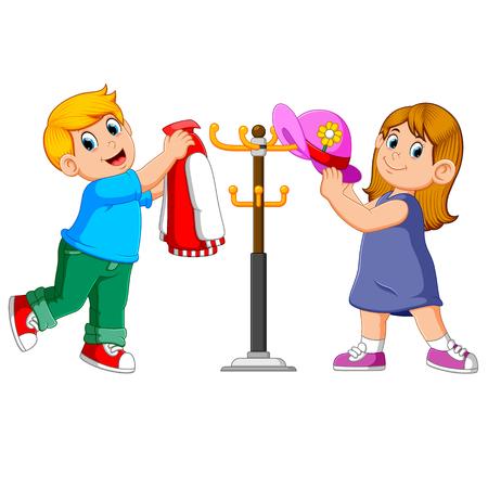 niños colgando chaqueta y sombrero en perchas