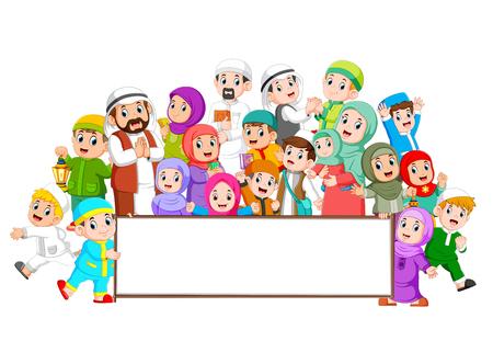 Una gran familia musulmana se está reuniendo cerca del tablero en blanco.