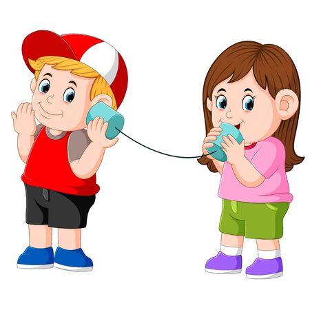 Mädchen und Junge experimentieren mit einem kabelgebundenen Telefon aus Blechdosen