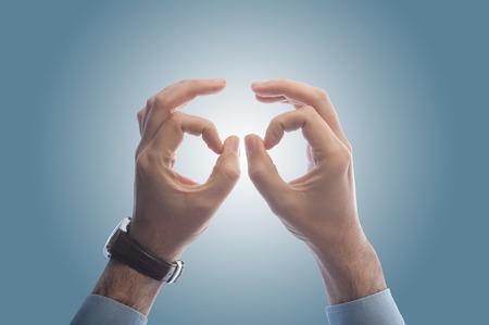 Geschäftsmann mit den Händen wie ein Fernglas Zukunft zu sehen, zu Prognose oder Projektion machen Standard-Bild - 43348036