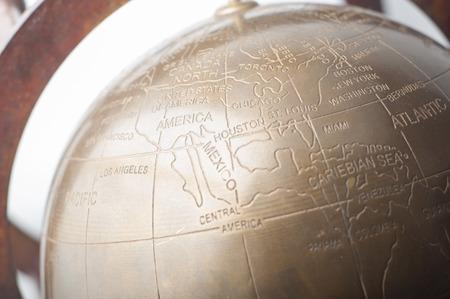 Close up von einem Vintage-Kupfer Schreibtisch Globus zeigt Amerika Kontinent Standard-Bild - 43354981