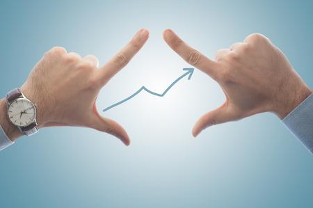 Geschäftsmann Framing Wachstum und den Erfolg mit seinen Fingern Standard-Bild - 43354988
