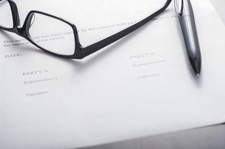 Nahaufnahme von einem Unterschriftsseite einer Vereinbarung, blank Standard-Bild - 43355053