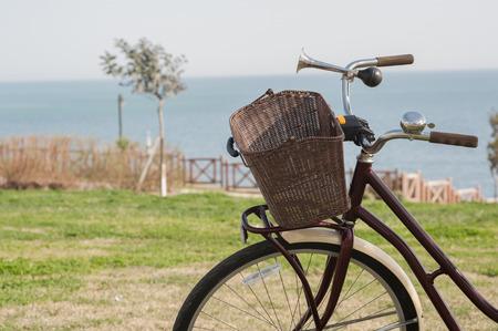 Retro Fahrrad mit Korb am Meer geparkt Standard-Bild - 43354864