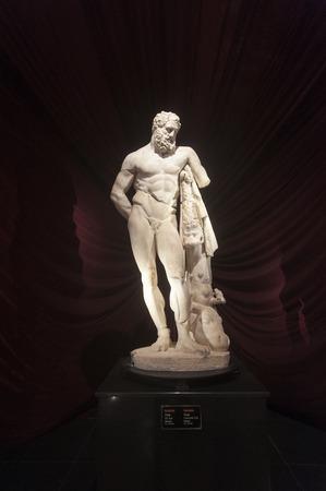 Antalya, Türkei - 21. Februar 2015 -Die Statue des Herkules von Lysippos, datiert 200 AD, bei Antalya Archaeological Museum. Diese Skulptur ist eine der berühmtesten Skulpturen der alten Welt. Standard-Bild - 43350420