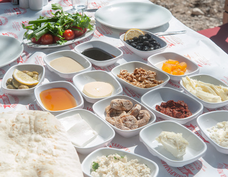 Traditionak türkisches Frühstück Tisch im Freien eingestellt Standard-Bild - 43354881