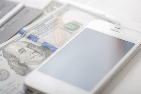 Close up von Dollar, Kreditkarten und ein Smartphone mit geringer Tiefenschärfe Standard-Bild - 43354886
