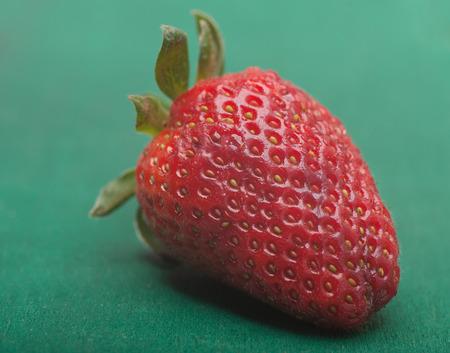 Makroaufnahme einer Erdbeere auf grünem Hintergrund Standard-Bild - 43354891