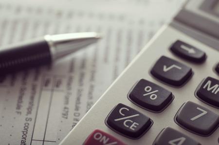 Extrem nah oben ein Taschenrechner und ein Stift auf Dokumenten Standard-Bild - 43354912
