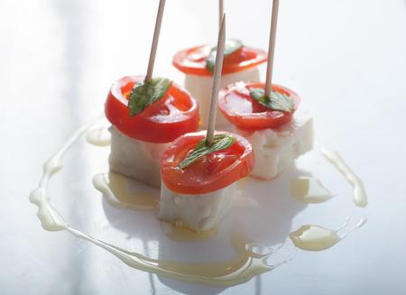 Schließen Sie sich an köstlichen einfachen canepe mit Feta-Käse, Tomaten und Minze mit Bio-Olivenöl bestreut Standard-Bild - 43354801