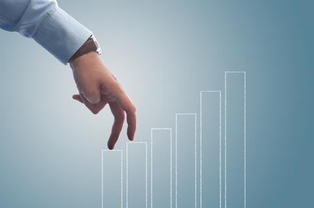 Geschäftsmann geht mit den Fingern das Balkendiagramm Standard-Bild - 43354805