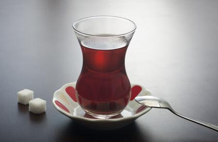 Nahaufnahme von einem Glas türkischen Tee Standard-Bild - 43354812