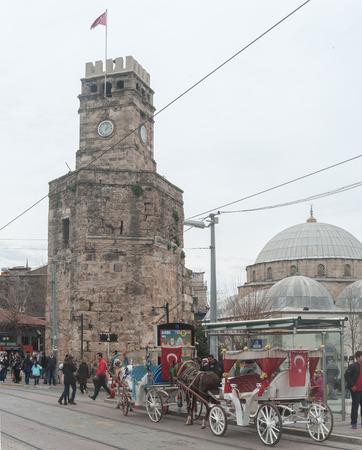 Antalya, Türkei - 22. Februar 2015 - Ansicht von Antalya Clock Tower im Stadtzentrum an einem Wintertag. Standard-Bild - 43350418
