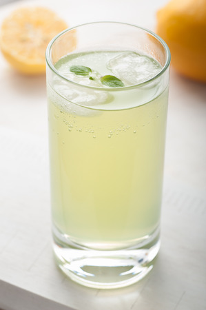 Nahaufnahme von einem Glas Rum, Zitrone und Minze Standard-Bild - 43354842