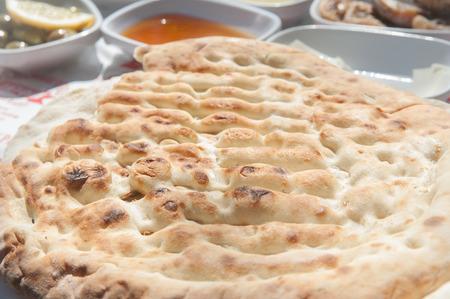Nahaufnahme der türkischen Fladenbrot - Pide am Frühstückstisch Standard-Bild - 43348726
