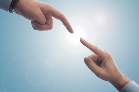 Zwei Finger, die sich kaum berühren, können verwendet werden, um Unterstützung, Investition zu betonen Standard-Bild - 43354707