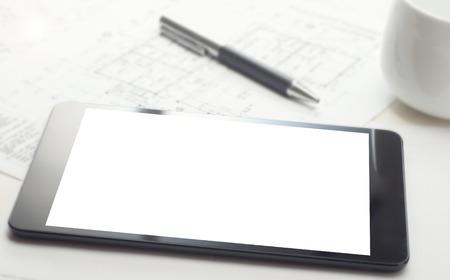 Ein Tablet-Gerät auf dem Desktop mit leerem Bildschirm, Stift und Kaffeetasse Standard-Bild - 43354714