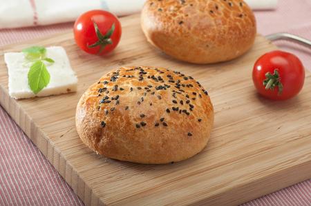 Nahaufnahme von einem klassischen türkischen Gebäck pogaca, ein Favorit für Frühstück Standard-Bild - 43348696
