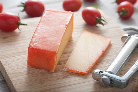 Close up von einem Block von Gouda-Käse auf Schneidebrett. Standard-Bild - 43348697
