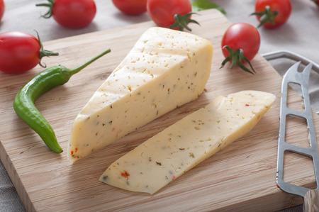 Schließen eines Blocks von würzigen Jäger Käse oben auf Schneidebrett Standard-Bild - 43348698