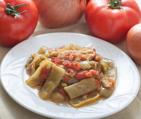 salsa de tomate: frijoles frescos con salsa de tomate al estilo turco. Hecha con los granos frescos, cebolla, ajo, tomate, aceite de oliva y sugar.Served frío. Foto de archivo