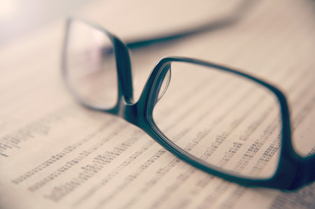 Brillen auf der Zeitung, die Börsezahlen zeigt Standard-Bild - 43348561