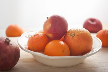 Gruppe gesunde Winter Früchte Orange, Mandarine, Apfel, Grapefruit, Granatapfel auf dem Tisch Standard-Bild - 43348564