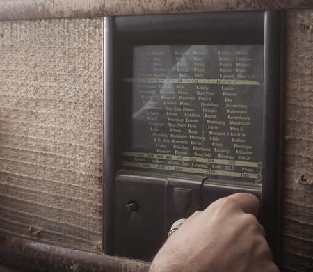 Mann, der eine alte Vintage Radio wählen Standard-Bild - 43348572