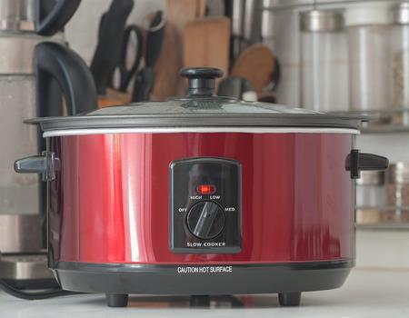 Close up von einem langsamen Kocher arbeitet an Küchenregal Standard-Bild - 44347306