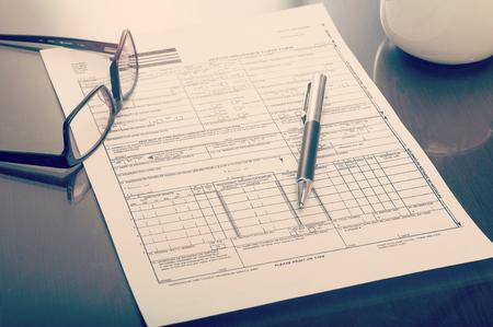 Close-up van een zorgverzekering vordering tot op het bureau