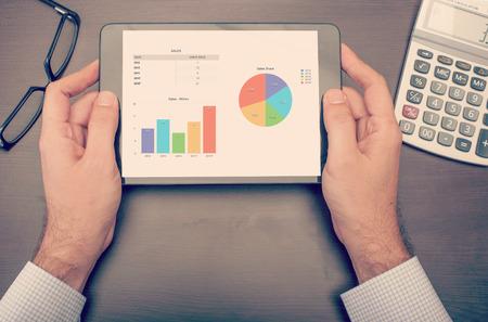 Geschäftsmann Statistiken über seine Tablet-Gerät überprüft, gesehen von oben Standard-Bild - 44512506