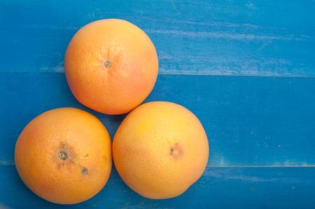 Close up von Trauben Obst auf einem blauen Holzuntergrund Standard-Bild - 49986828