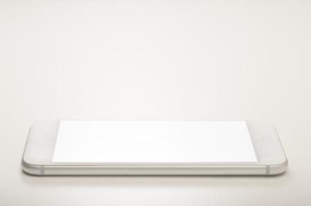 Ein Smartphone auf weißem Hintergrund mit leeren leeren Bildschirm isoliert Standard-Bild - 52246245
