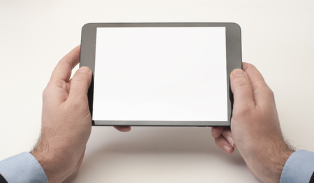 Geschäftsmann, der ein Tablet-Gerät mit leeren Bildschirm Standard-Bild - 52246312