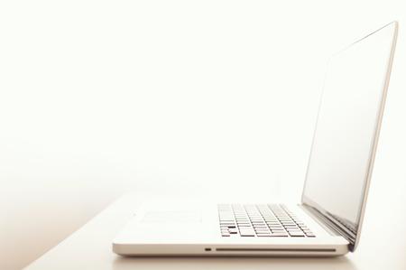 Ein moderner Laptop-Computer auf dem Desktop mit geringer Tiefenschärfe Standard-Bild - 52417319