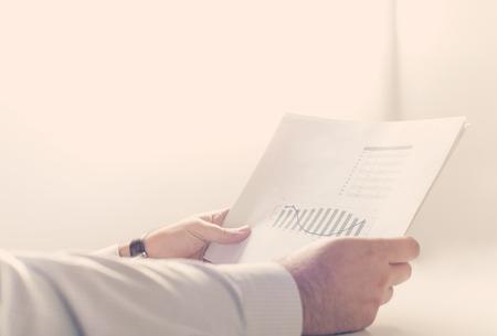 Close up von einem Geschäftsmann einen Geschäftsbericht zu lesen Standard-Bild - 52820632